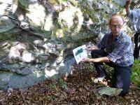 3_Schupbach_Prof.Kirnbauer_zeigt_Kontaktzone_Schalstein_Kalkstein